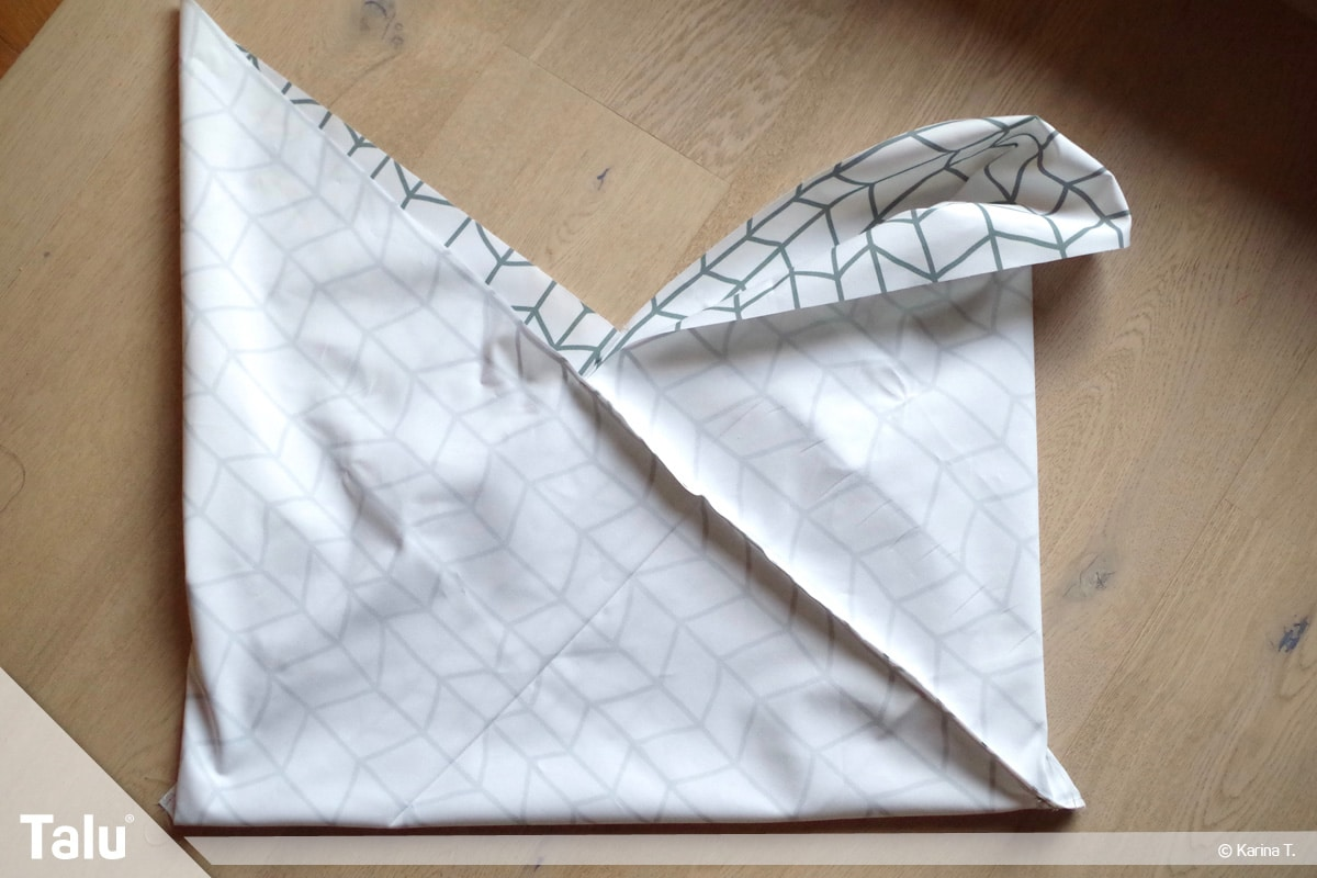 Origami Beutel nähen, Anleitung Origami-Wendetasche, Stoff liegt im Origami-Faltmuster