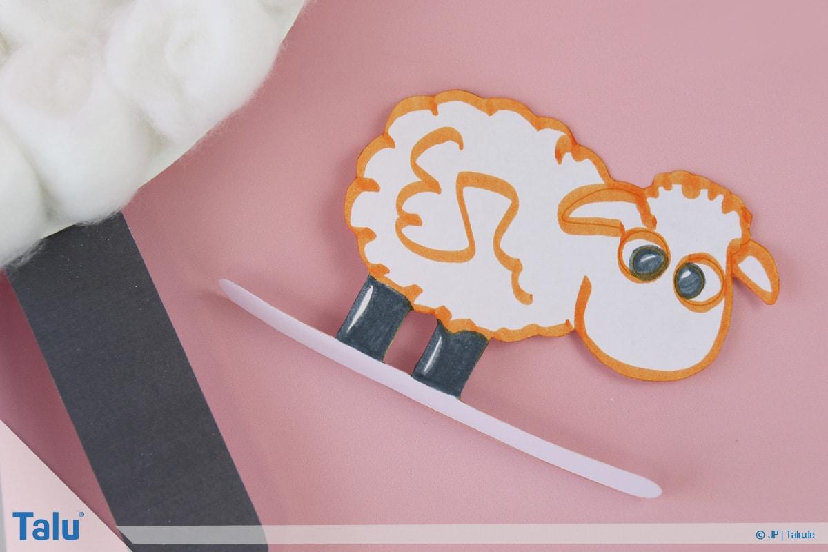 Schafe basteln aus Pappteller/Karton, mit Vorlage, fertiges Schaf in Variante Drei