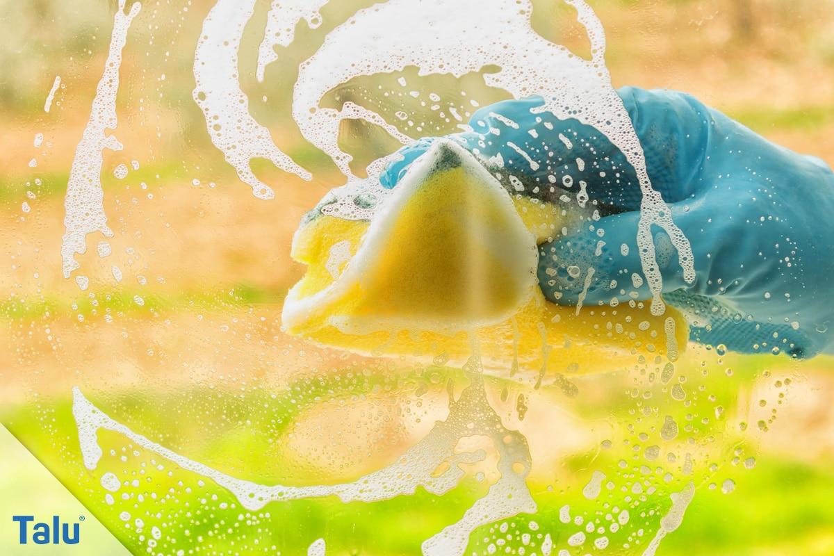 Schmierige, fettige Glasscheiben reinigen, mit Schwamm über die Scheibe wischen
