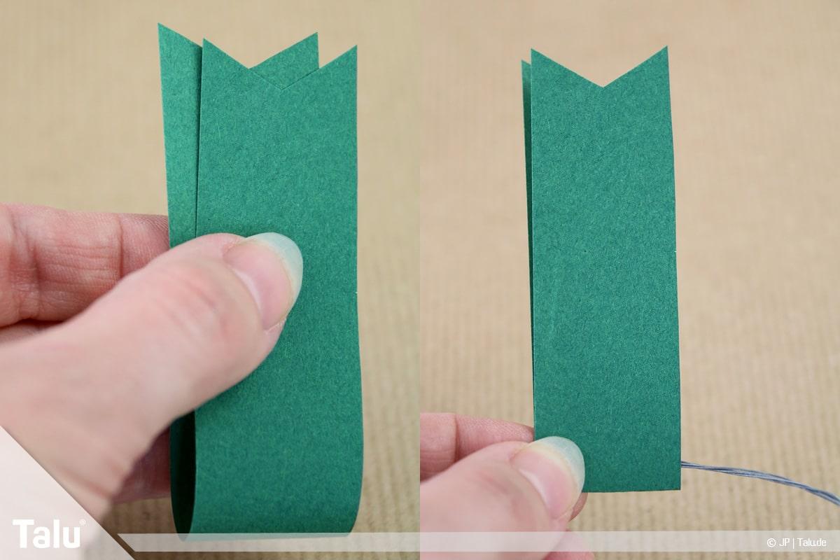 Basteln mit Papier an Weihnachten, Ideen, Papierstreifen mittig zusammenfalten und am Draht anbringen