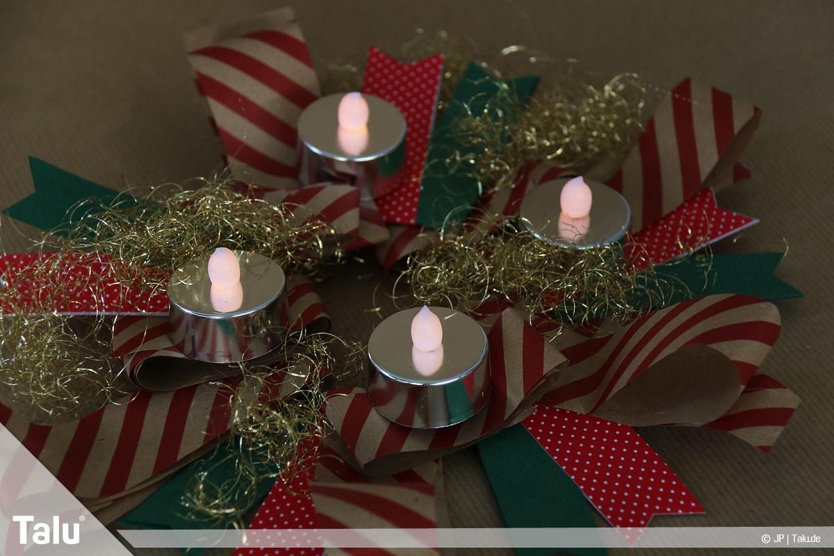 Basteln mit Papier an Weihnachten, Ideen, Papierstreifen-Adventskranz mit vier LED-Teelichtern