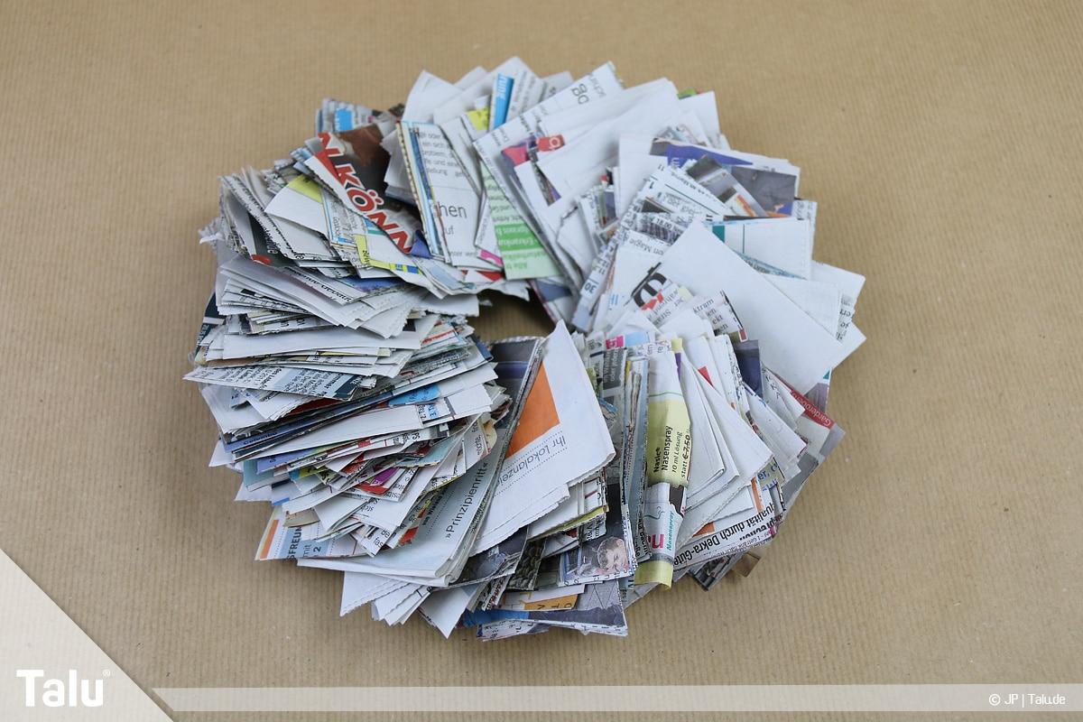 Basteln mit Papier an Weihnachten, Ideen, fertiger Adventskranz aus Zeitungspapierstücken