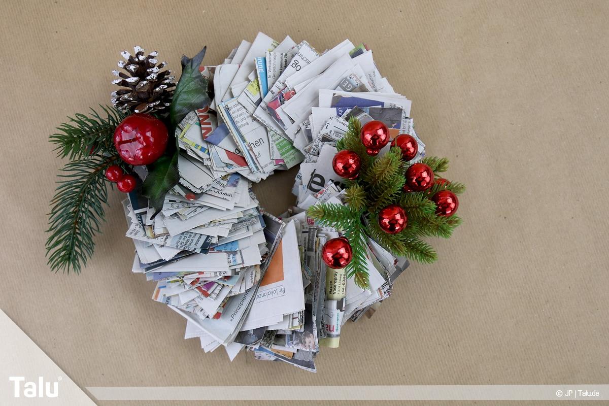 Basteln mit Papier an Weihnachten, Ideen, Zeitungspapier-Adventskranz weihnachtlich dekorieren