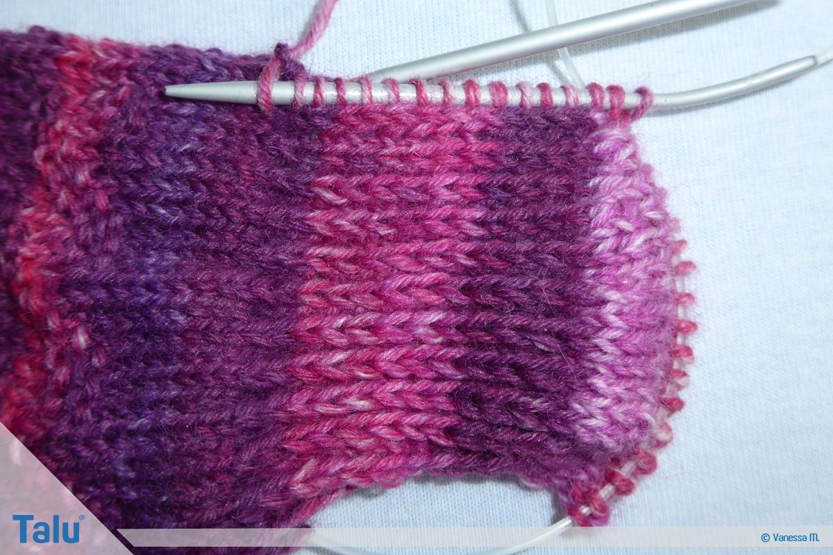 Socken stricken mit Rundstricknadel, Verbindung zwischen Fersenmaschen und stillgelegten Maschen schaffen
