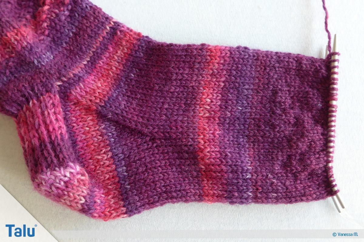 Socken stricken mit Rundstricknadel, gewünschte Fußlänge stricken