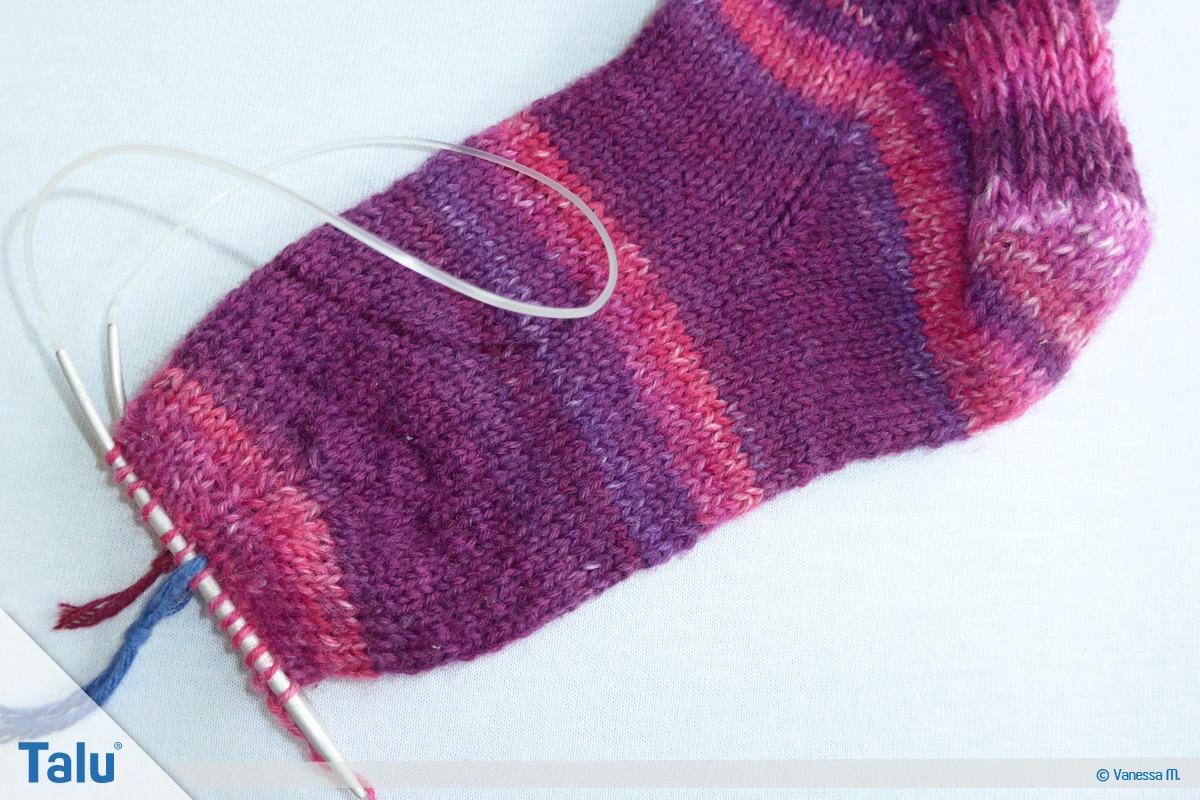 Socken stricken mit Rundstricknadel, Abnahmerunden für die Bandspitze