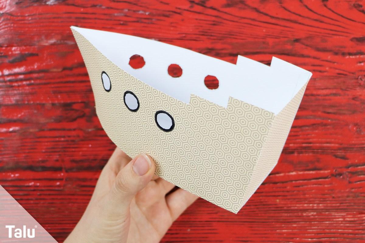 Schiff aus Papier und Pappe